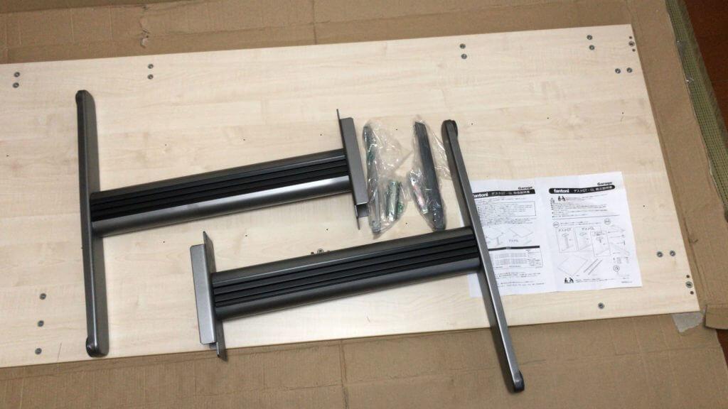 机の脚とそれを取り付けるための部品