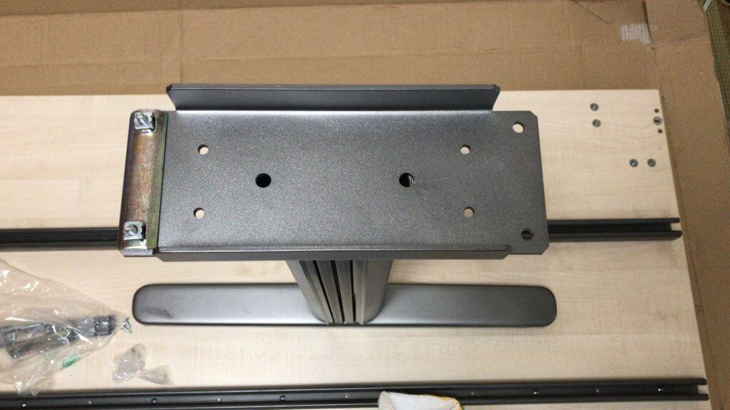 脚を固定するための部品を取り付け(写真左)