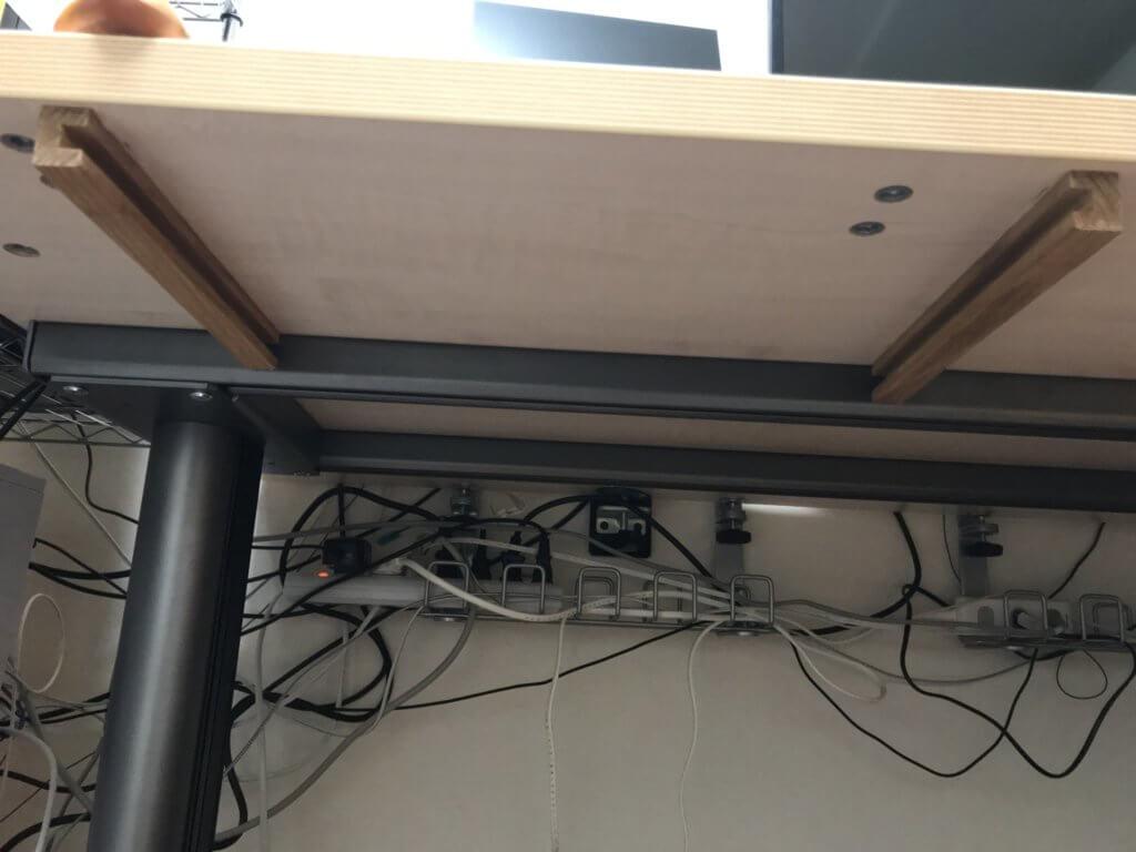 ボンドを使ってインテリアウォールバーを机に固定